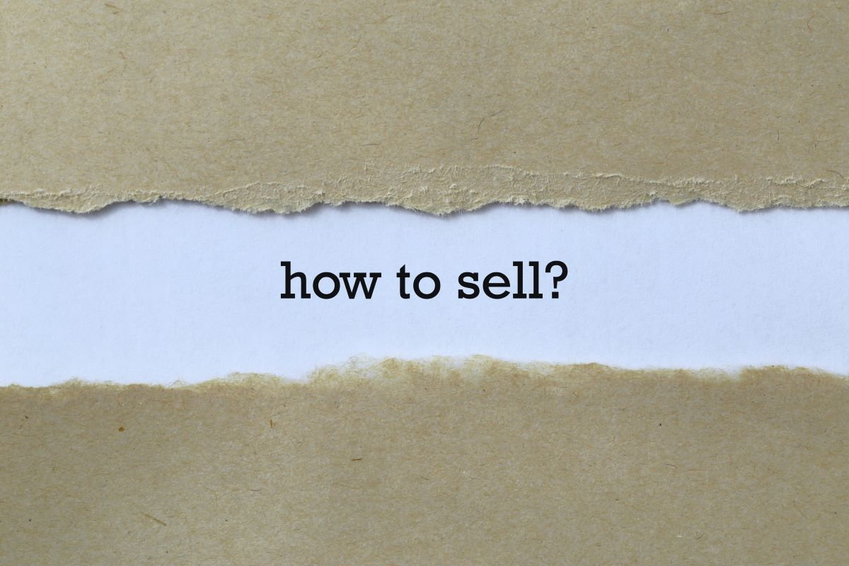 Paper with the words How to Sell? on it