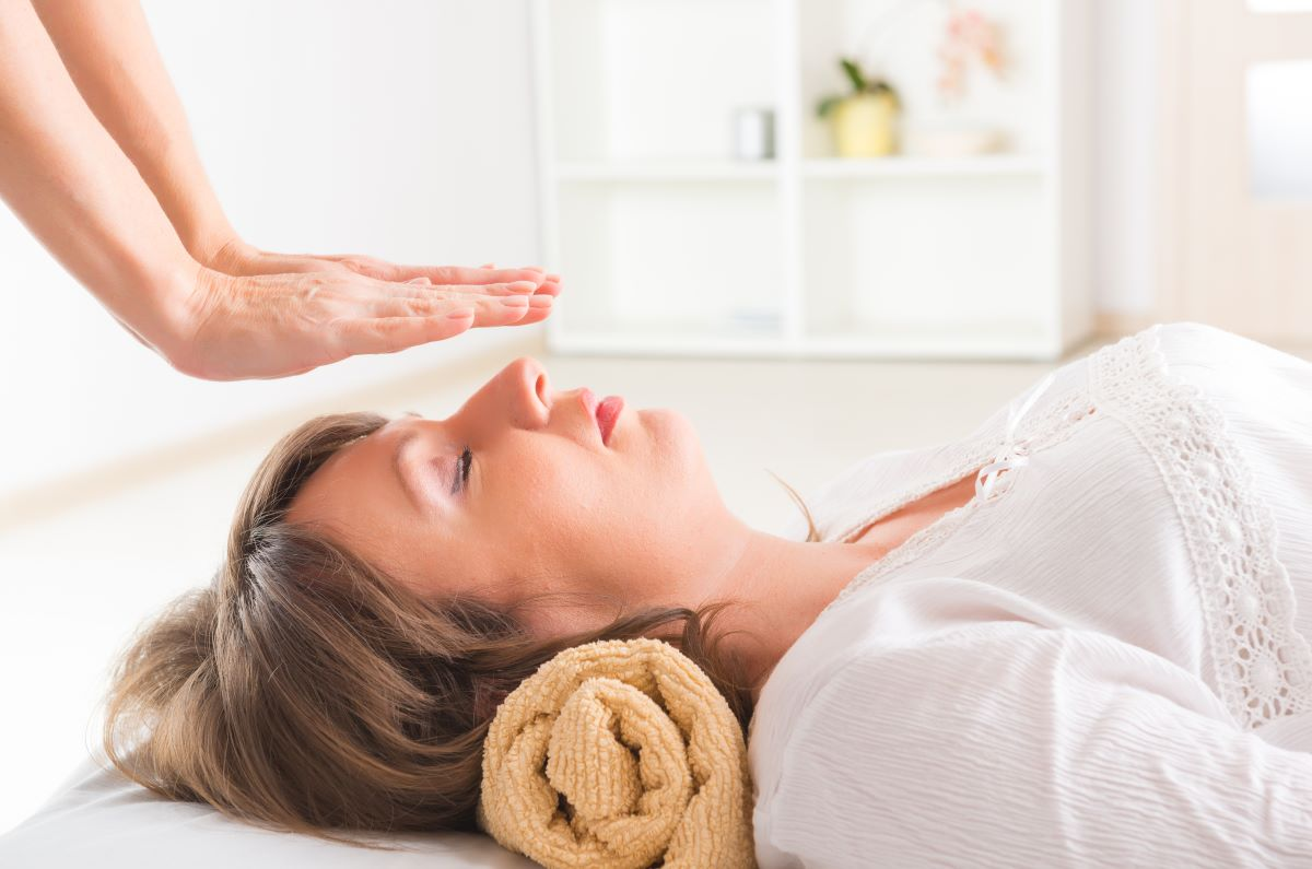 Image of a lady receiving reiki